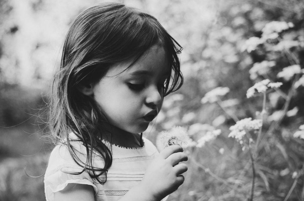 Barn ser på blomst