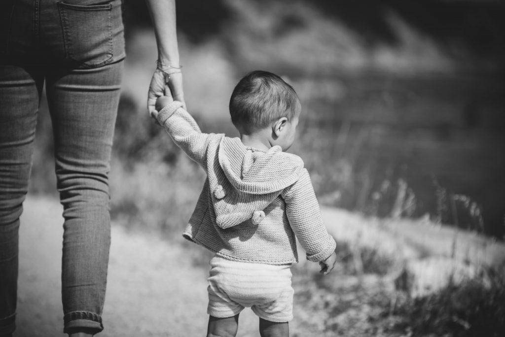 Holder barn i hånd